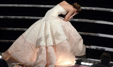 Oscars 2016: Αλησμόνητες στιγμές στην ιστορία των βραβείων – Η «τούμπα» της Jennifer Lawrence