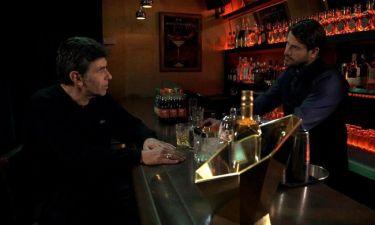 Ο Γεωργούλης σερβίρει ποτά στον Μπέζο και την Μακρή