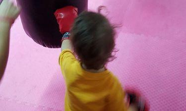 Μαθήματα kick boxing για τον γιο των…