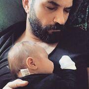 Αγκαλιά με τον μόλις ενός μηνών γιο του