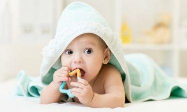 Πρώτα δόντια στο μωρό: Ποια συμπτώματα είναι φυσιολογικά και ποια όχι