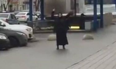 Έκτακτο – Μαυροντυμένη γυναίκα περιφέρεται στη Μόσχα κρατώντας κομμένο κεφάλι παιδιού (vids)