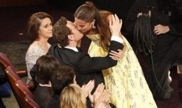 Επιτέλους: Το διάσημο ζευγάρι επιβεβαιώνει το δεσμό του με ένα φιλί στη βραδιά των Oscars