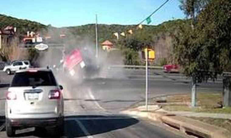 Φορτηγό πέφτει πάνω σε ακινητοποιημένο ΙΧ και το διαλύει