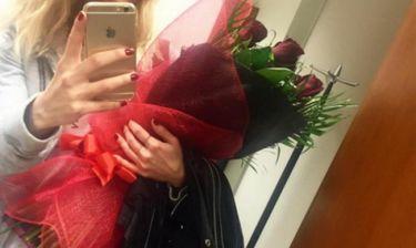 Κόκκινα τριαντάφυλλα για Ελληνίδα παρουσιάστρια πριν την πρεμιέρα