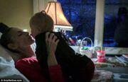 Ιστορία που συγκλονίζει: 41χρονη τραγουδίστρια δίνει μάχη με τον καρκίνο και αργοπεθαίνει