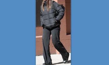 Συντετριμμένη και ντυμένη στα μαύρα δύο μήνες μετά το θάνατο του συζύγου της