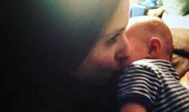 Αγκαλιά με το νεογέννητο γιο της