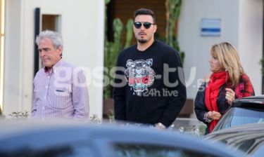 O Roberto φιλοξενείς τους γονείς του