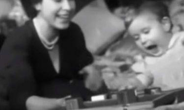 Δείτε για πρώτη φορά την 23χρονη τότε βασίλισσα Ελισάβετ να παίζει με τον Κάρολο