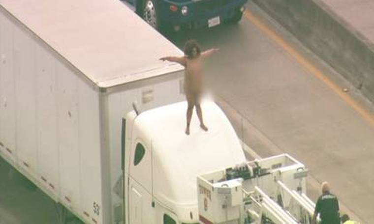 Γυμνή γυναίκα πάνω σε φορτηγό προκαλεί κυκλοφοριακό χάος