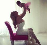 Η φωτογραφία της κόρης της και τα πρώτα ροζ σατέν τακούνια της