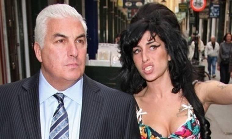 Amy Winehouse: Ξεσπά στο twiiter ο πατέρα της
