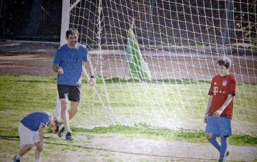 Γιώργος Καραγκούνης: Παίζει μπάλα με τους γιους του περιμένοντας το τέταρτο παιδί του!