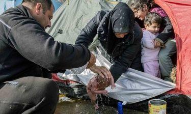 Το πρώτο μπάνιο νεογέννητου στην Ειδομένη