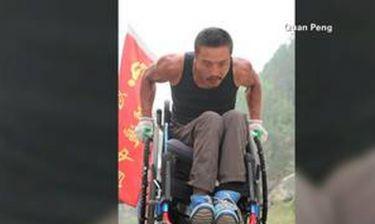 Ο γύρος της Κίνας με... αναπηρικό καροτσάκι