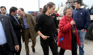 Angelina Jolie: Στο λιμάνι του Πειραιά για τους πρόσφυγες  - Δείτε τις πρώτες φωτογραφίες