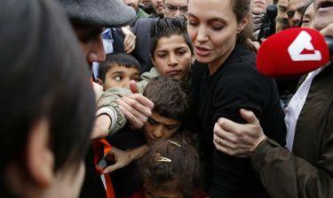 Η συγκινητική στιγμή όταν η Angelina Jolie συνομίλησε με ένα μικρό προσφυγόπουλο