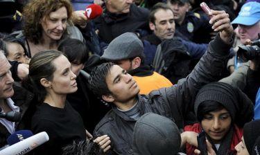 Αngelina Jolie: Η selfie με πρόσφυγα στο λιμάνι του Πειραιά