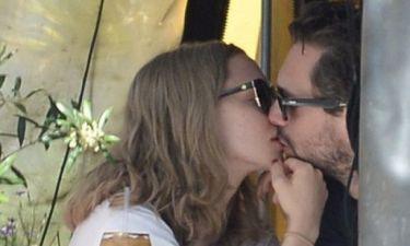 Δεν κρύβουν πια τον έρωτά τους: Το νέο hot ζευγάρι ανταλλάσσει δημοσίως καυτά φιλιά