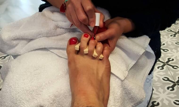 Έχει χιούμορ! Ποιος σέξι Έλληνας έβαψε τα νύχια του κόκκινα;