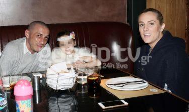 H Έλενα Ασημακοπούλου και ο Bruno Cirillo με την κόρη τους στην Χαλκίδα