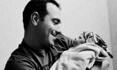 21 τρυφερές φωτογραφίες με μπαμπάδες που κρατούν αγκαλιά το μωρό τους!