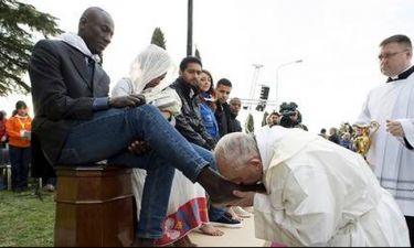 Ο Πάπας Φραγκίσκος έπλυνε τα πόδια προσφύγων