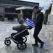 Βόλτα στην Ακρόπολη με το νεογέννητο μωράκι της