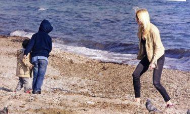 Σκορδά: Παιχνίδια στη παραλία με τους γιους της