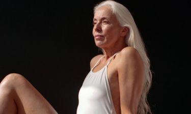 Τι κι αν είναι 60 ετών; Αυτή η γυναίκα έγινε το πρόσωπο για νέα καμπάνια μαγιό!