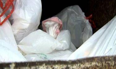Βρήκε ζωντανό νεογέννητο πεταμένο σε κάδο απορριμμάτων