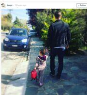 Χαζομπαμπάς ο Αντώνης Σρόιτερ: Δείτε τον να πηγαίνει την κόρη του στο σχολείο!