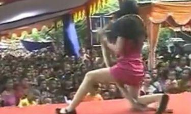 ΣΟΚ: Τη δάγκωσε κόμπρα, συνέχισε να τραγουδά και πέθανε on stage