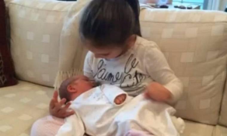 Κόρη διάσημης μαμάς κρατά αγκαλιά τον μικρό της αδελφό και του τραγουδά (βίντεο)