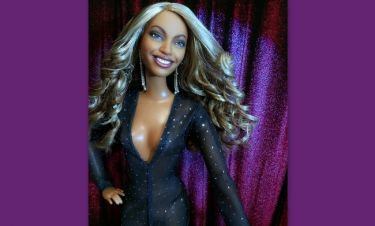 H Beyonce γίνεται κούκλα με την κρυστάλλινη φόρμα που σχεδίασε για εκείνη ο Bρεττάκος!