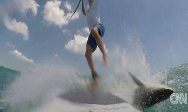 Τρόμος στο νερό: Καρχαρίας «τρακάρει» με σέρφερ