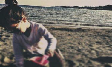 Παιχνίδια με την κόρη της στην παραλία της Βουλιαγμένης