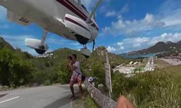 Αεροσκάφος περνά ξυστά από το κεφάλι τουρίστα
