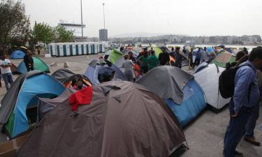 «Βουλιάζει» ο Πειραιάς - Περισσότεροι από 3.800 πρόσφυγες στο λιμάνι