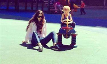 Η Σοφία Καρβέλα με τον γιο της στον παιδότοπο