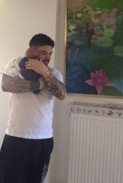 Ο Τριαντάφυλλος αγκαλιά με τον γιο του (φωτο)