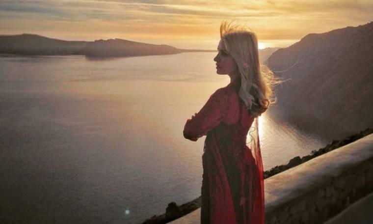 Η Μενεγάκη έμεινε στην ίδια σουίτα που είχε μείνει η Angelina Jolie στη Σαντορίνη (φωτό)