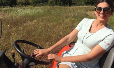 Η Σταματίνα έγινε αγρότισσα και ποζάρει πάνω σε τρακτέρ!