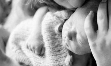 Αυτή είναι πρώτη φωτογραφία του γιου της! (εικόνες)