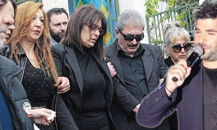 Οργισμένη η Αθηνά Παντελίδη. «Ποιός έσυρε το παιδί μου μέσα στο αμάξι;» (Nassos blog)