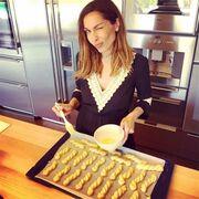 Δέσποινα Βανδή: Στην κουζίνα της μας δείχνει τα πασχαλινά κουλουράκια της