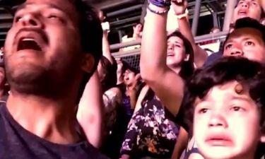 ΣΥΓΚΙΝΗΤΙΚΟ! Παιδί με αυτισμό ξέσπασε σε λυγμούς στην αγαπημένη του συναυλία (video)
