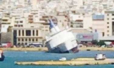 Ποιος celebrity παρακολουθεί αυτή την ώρα το καράβι που βυθίζεται στο λιμάνι του Πειραιά
