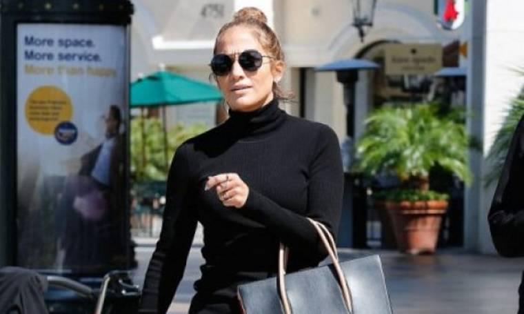 Η Jennifer Lopez βγάζει selfie στο κρεβάτι χωρίς ίχνος μακιγιάζ